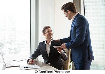 dar, feliz, empregado, prêmio, dinheiro, saliência