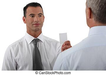 dar, homem negócios, seu, cartão