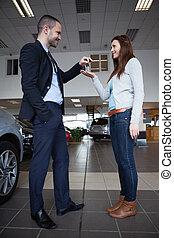 dar, mujer coche, llaves, hombre