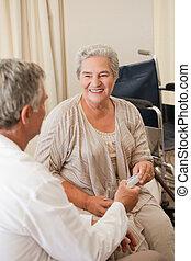 dar, seu, paciente, pílulas, doutor