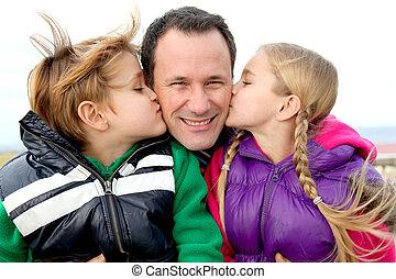 dar, su, niños, beso, papá