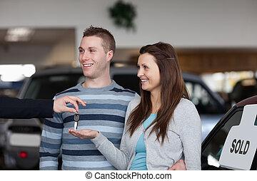 dar, vendedor coche, mujer, llaves