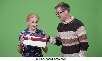 dar, wnuk, dostając, wnętrze, babcia, nic
