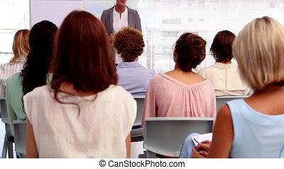 dare, donna d'affari, presentazione, t