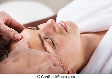 dare, fronte, donna, terapeuta, massaggio