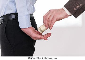 dare, uno, bribe., primo piano, di, uomo affari, dando denaro, a, un altro, uomo, in, formalwear