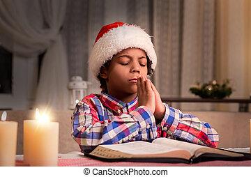 darkskinned, junge, beten, auf, weihnachten.