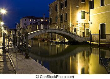 Venedig bei Nacht - Das Foto zeigt einen Kanal in Venedig...
