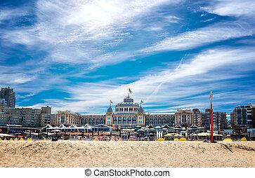Das Hotel Kurhaus mit Strand in Scheveningen, dem...