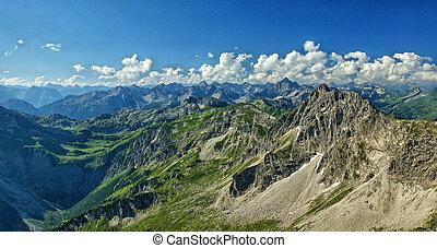 Das Rauhorn mit den Allgaeuer Alpen - Schroffe Berge und...