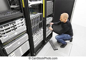 datacenter, ingeniero, harddrive, él, reemplazar