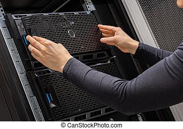 datacenter, mains mâles, serveurs, technicien, installation