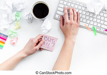 date limite, dans, bureau., main, prend, autocollant, busy., bureau, couvert, à, papier chiffonné, et, papeterie, blanc, fond, vue dessus