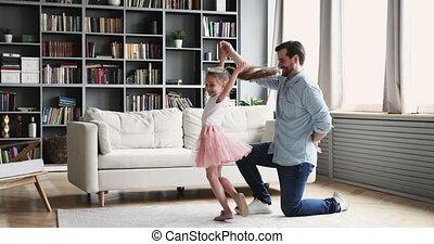 daughter., debout, genou, tordre, jeune, papa, une, sourire ...