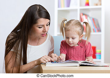 daughter., neki, gyermek, fiatal, könyv, anya, felolvasás