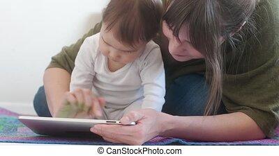 daughter., tablette, elle, jeune, mère, bébé, utilisation