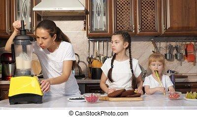 daughters., cuisiniers, elle, deux, maman, gâteau, utilisation, crème, mixer