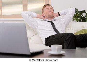 day., 目, 後で, 弛緩, 一生懸命働く, 若い, ソファー, 朗らかである, 彼の, 閉じられた, ビジネスマン