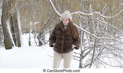 day., marche, neigeux, parc, dos, regarder, lentement, fille souriante, heureux