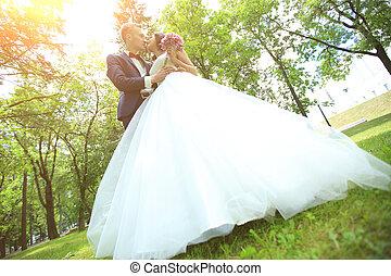 day., parc, ensoleillé, nouveaux mariés