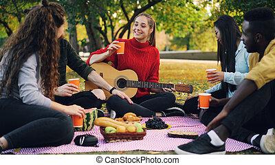 day., piknik, przyjaźń, concept., mężczyźni, park, młody, ...