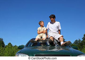day-time, sentarse, coche, padre, techo, hijo, hablar