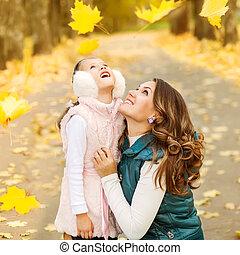 dcera, sad, leaves., podzim, matka, žert, padající, obout si