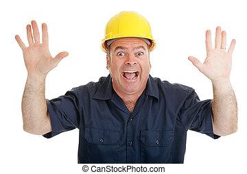 de arbeider van de bouw, doodsbang