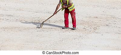de arbeider van de bouw, met, schop