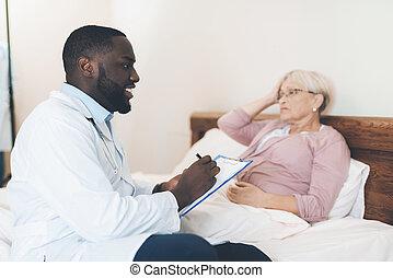 de arts, onderzoekt, een, bejaarden, patiënt, in, een, verpleging, home.