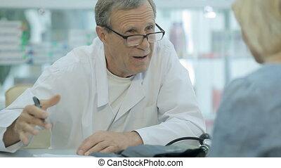 de arts, schrijft, een, recept, om te, de, patiënt, en, communiceert, met, haar