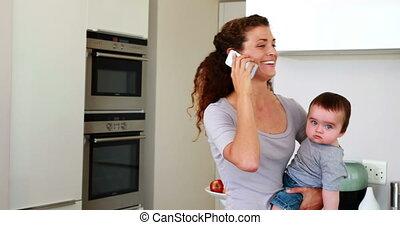de baby van de moederholding, vrolijke , jongen, haar