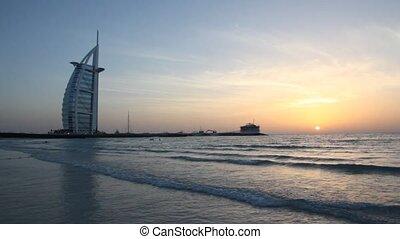 de, burj al arabier, gedurende, ondergaande zon , in, dubai, verenigd, arabier, emirates.