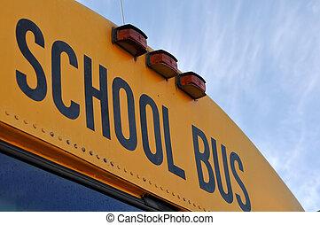 de bus van de school, dichtbegroeid boven, met, blauwe hemel