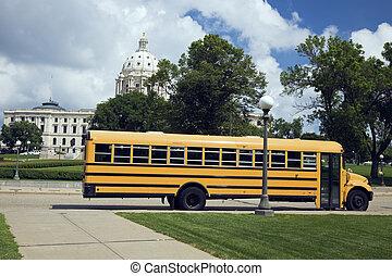de bus van de school, voor, staatscapitool