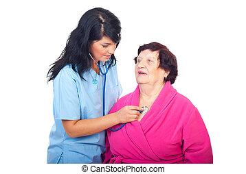 de controle van de arts omhoog, oudere vrouw