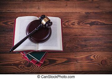 de gavel van rechter, bovenop, stapel boeken