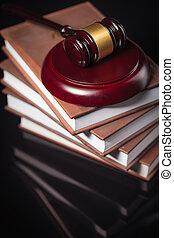 de gavel van rechter, en, wet boeekt, op, een, black , tafel