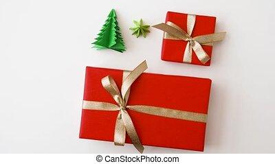 de giften van kerstmis, en, versiering, op wit, achtergrond