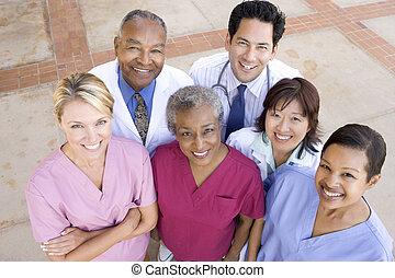 de hoge mening van de hoek, van, ziekenhuis personeel, staand, buiten, een, ziekenhuis