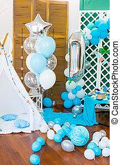 de, kinderen, vakantie, is, verfraaide, met, blauwe , ballons, seashells, en, groene, planten, een, mooi, kristaliseren bar uit, met, een, blauwe , taart, voor, een, kleine, jarig, in, een, marinier, stijl