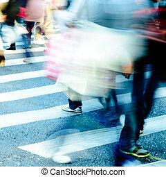 de kruising van straat, zebra, mensenmassa