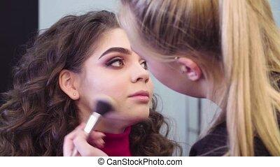 de, kunstenaar makeup, aan het dienen, poeder, op, de, gezicht