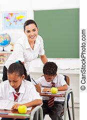de leraar van de basisschool, in, klaslokaal