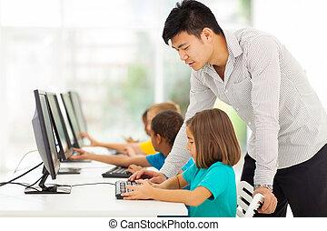 de leraar van de basisschool, onderwijs, in, computer kamer