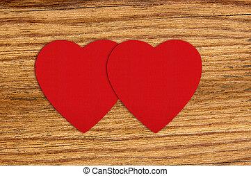 de madera, corazones, fieltro, fondo rojo