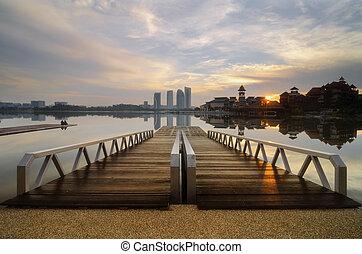 de madera, embarcadero, y, hermoso, paisaje, de, lakeshore, encima, salida del sol, plano de fondo, y, reflexión, en, lago