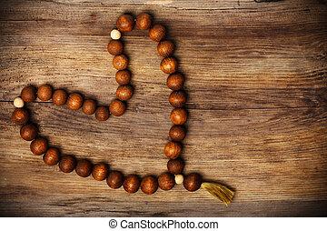 de madera, forma corazón, rosario, plano de fondo