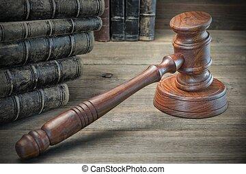 de madera, jueces, martillo, y, viejo, libros de ley, en, de madera, plano de fondo