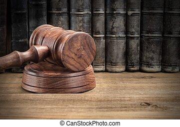 de madera, jydges, martillo, y, viejo, libros de ley, en, de madera, plano de fondo